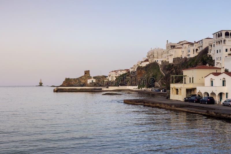 Sikt av stadfyren, f?stningen, kyrkan och havet Grekland, ? Andros, Cyclades royaltyfri foto