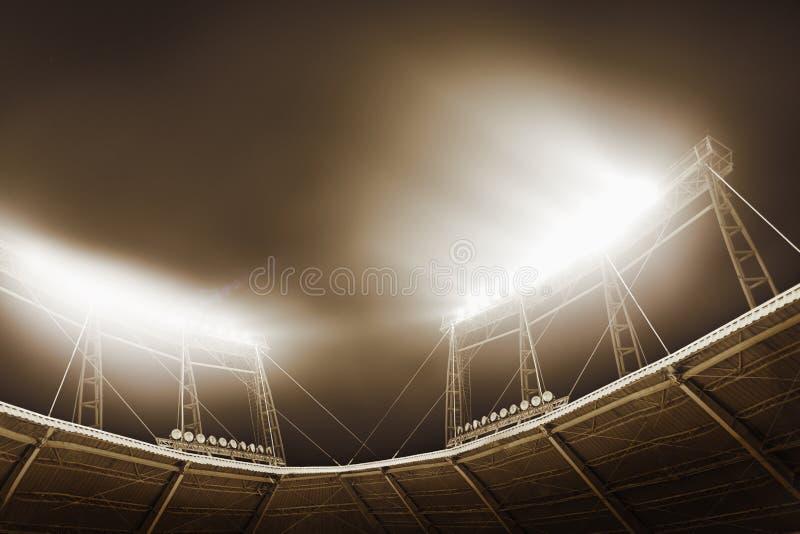 Sikt av stadionljus på natten arkivfoton