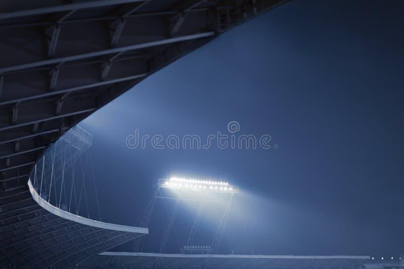 Sikt av stadionljus på natten arkivbilder