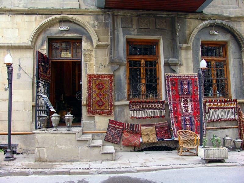_ _ Sikt av stadsgator Matta shoppar i gammal stad royaltyfri bild