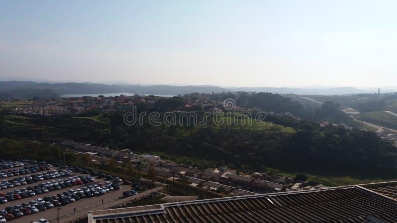 Sikt av stadshuset av Jundiaà - parkeringshus och Japi bergskedja arkivbilder
