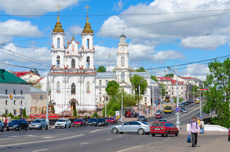 Sikt av stadshuset och helgedomuppståndelsekyrkan, Lenin gata, Vitebsk, Vitryssland royaltyfria foton