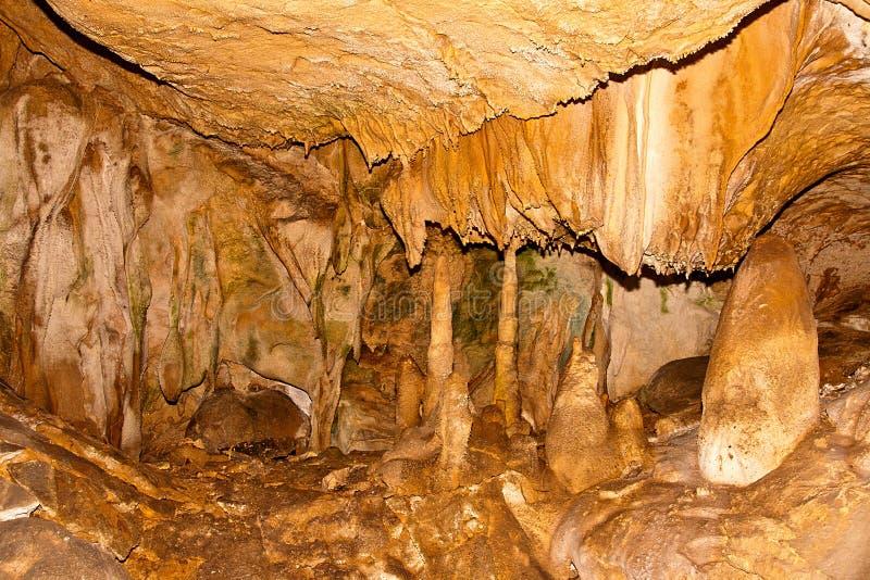Sikt av stalaktiten och stalagmina i grottorna limestone arkivbild