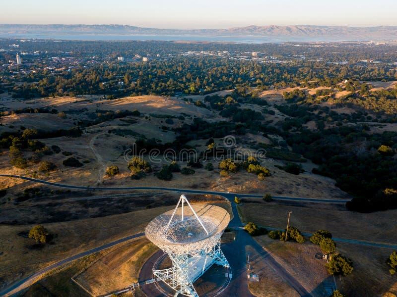 Sikt av Stanford Sattelite Dish från luften royaltyfri foto