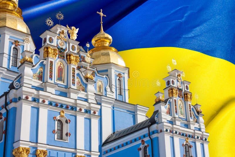 Sikt av Sten Michaels Golden-Domed Monastery i Kiev, den ukrainska ortodoxa kyrkan - Kiev Patriarchate, i bakgrundsflaggan arkivfoto