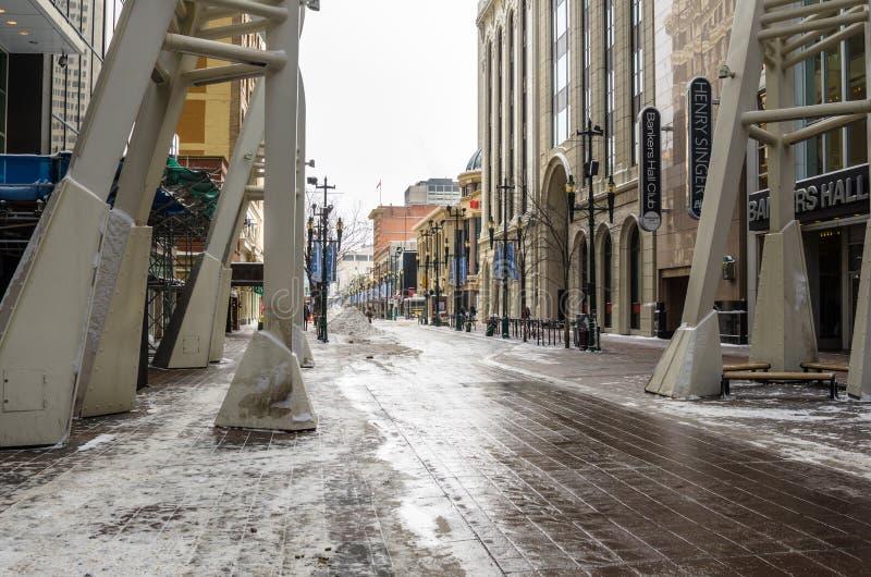 Sikt av Stephen Avenue Walk i i stadens centrum Calgary på en snöig vinterdag fotografering för bildbyråer