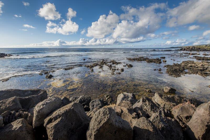 Sikt av Stilla havet från den steniga kusten av Hanga Roa royaltyfri foto