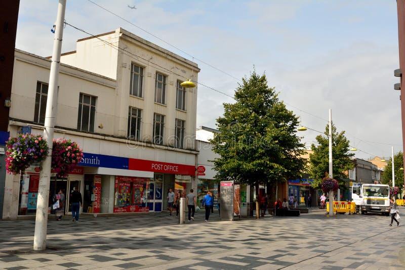 Sikt av storgatan i träsk, med historiska byggnader, commerci arkivbild