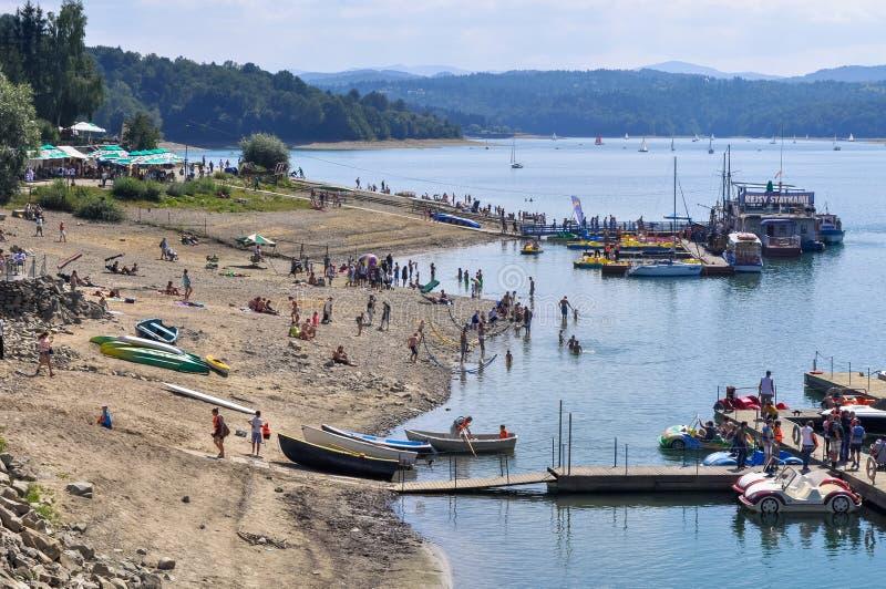 Sikt av stranden och kustlinje och fartyg som väntar på folk royaltyfria foton