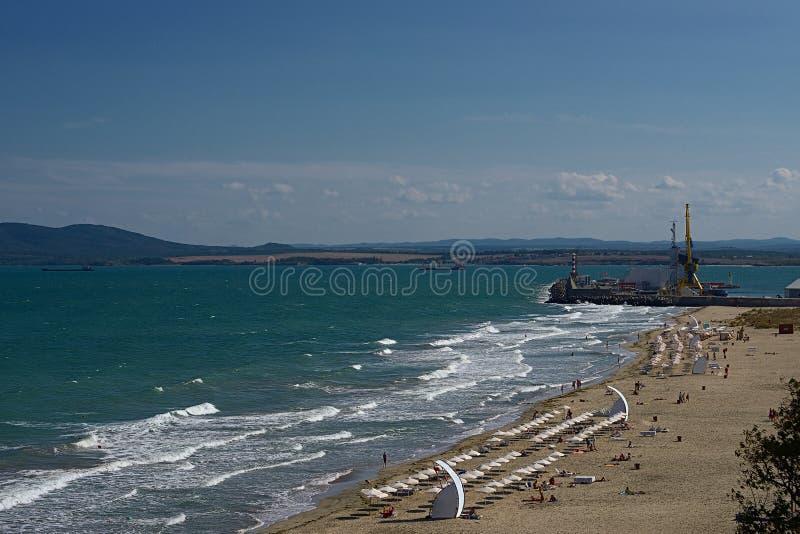 Sikt av stranden och passagerarterminalen Havsträdgård av Burgas, arkivfoton