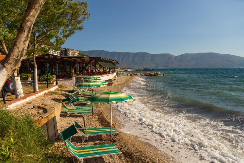 Sikt av stranden på kusten, närliggande Wlora, Albanien fotografering för bildbyråer