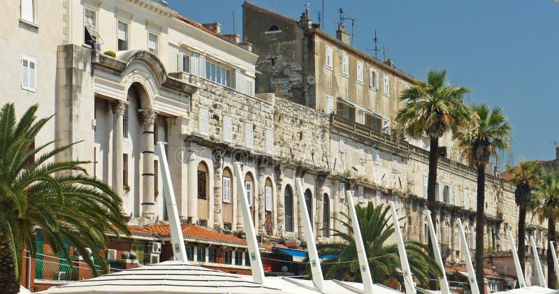 Sikt av strandpromenaden, gatan med hus och kaféer i den gamla staden, härlig arkitektur, solig dag, splittring, Dalmatia, fotografering för bildbyråer