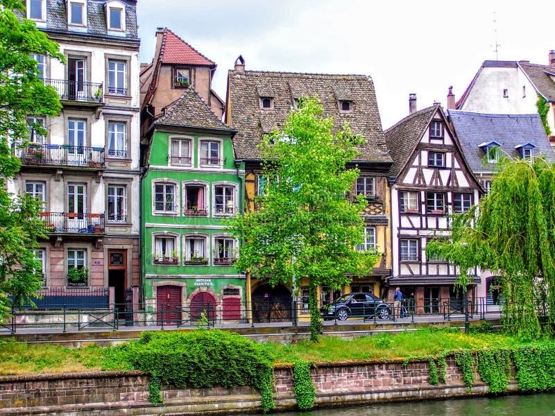 Sikt av Strasbourg hus bredvid vatten arkivfoto