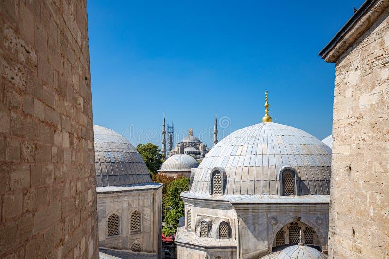 Sikt av Sultan Ahmet Mosque och kupoler arkivbilder