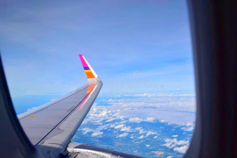 Sikt av svansen av nivån från det plana fönstret arkivfoton