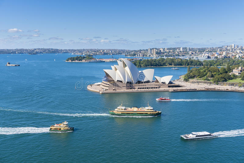 Sikt av Sydney Opera House med att förbigå för färjor arkivfoto