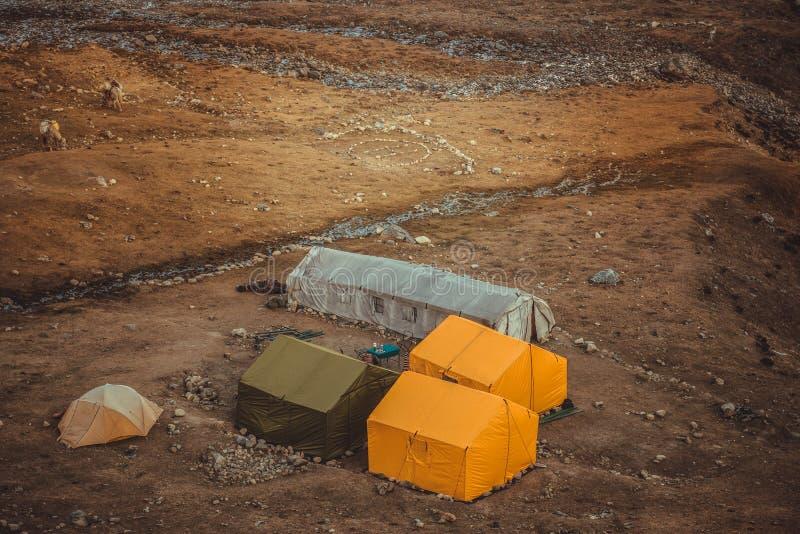 Sikt av tält från den Larke passerandebasläger, Nepal royaltyfri bild