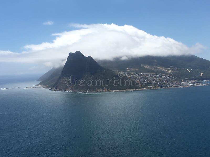 Sikt av tabellberget och lejonets huvud i molnen och Cape Town, Sydafrika arkivfoto
