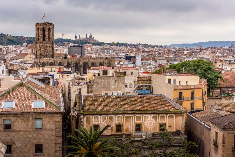 Sikt av taken av Barri Gotic från domkyrkaterrassen Barcelona arkivbilder