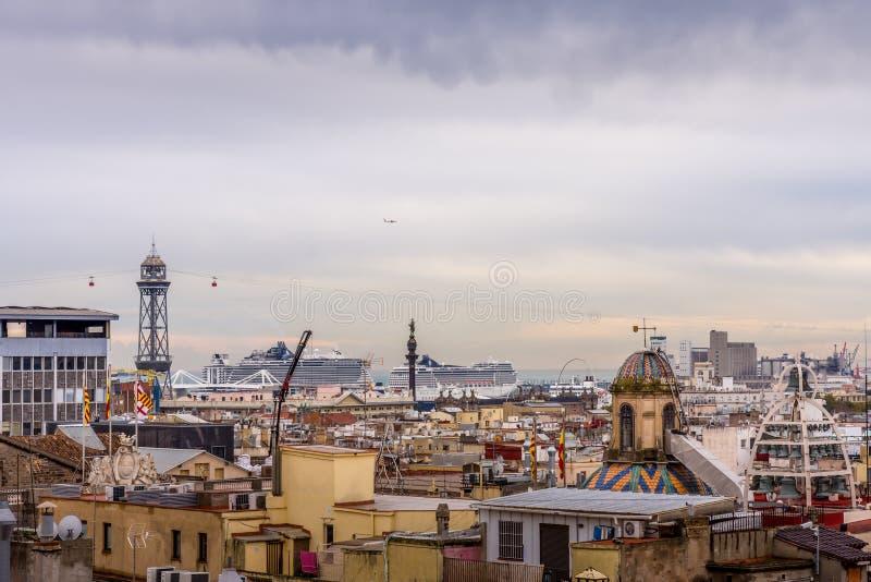 Sikt av taken av Barri Gotic från domkyrkaterrassen Hamnen i bakgrunden Barcelona royaltyfri fotografi