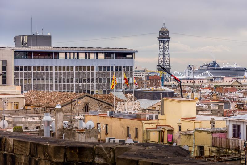 Sikt av taken av Barri Gotic från domkyrkaterrassen Spanska flaggor i förgrunden Barcelona arkivfoto