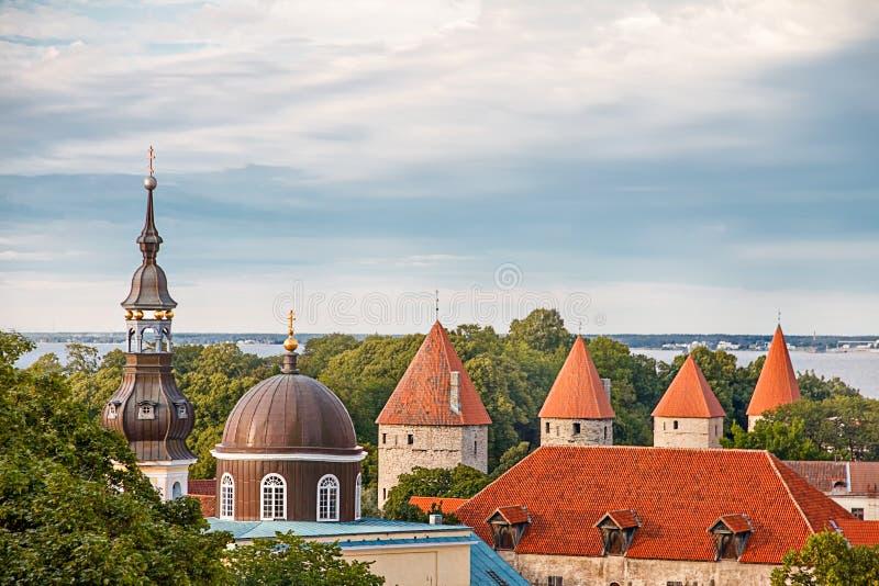 Sikt av Tallinn den gammal staden, Östersjön och St Olaf i en molnig dag, Estland arkivbilder