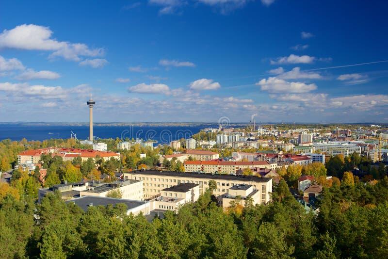 Sikt av Tammerfors från det Pyynikki tornet royaltyfri foto
