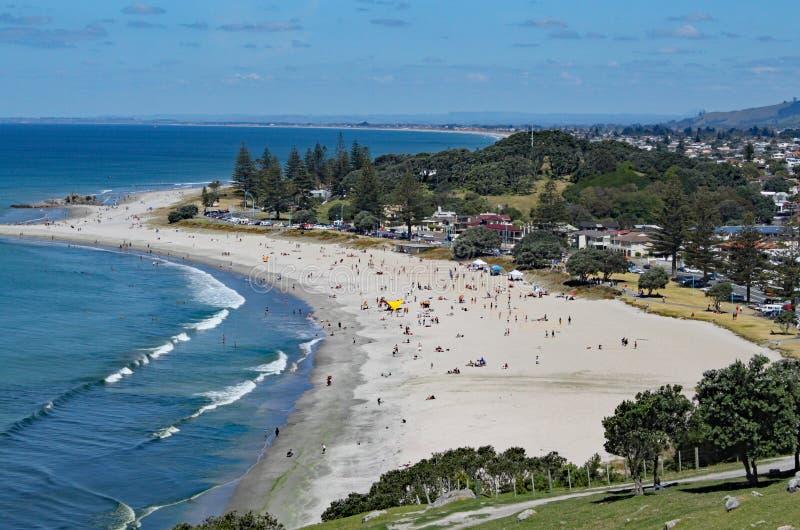 Sikt av Tauranga från monteringen Maunganui i Nya Zeeland Många personer är på stranden som tycker om det perfekta vädret royaltyfri fotografi