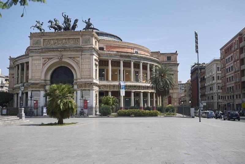 Sikt av Teatro Politeama royaltyfria foton