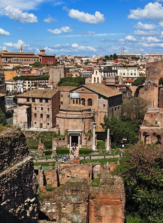Sikt av templet av Romulus, från den Palatine kullen, Rome royaltyfri bild