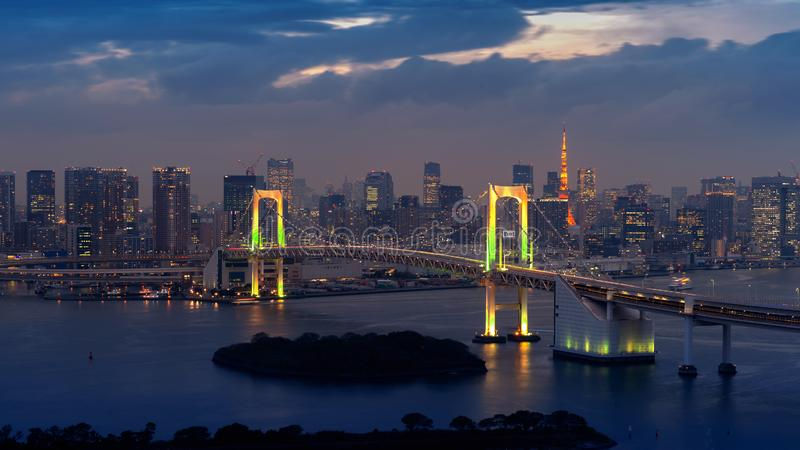 Sikt av Tokyo cityscape och regnbågebron på natten i Japan arkivbild