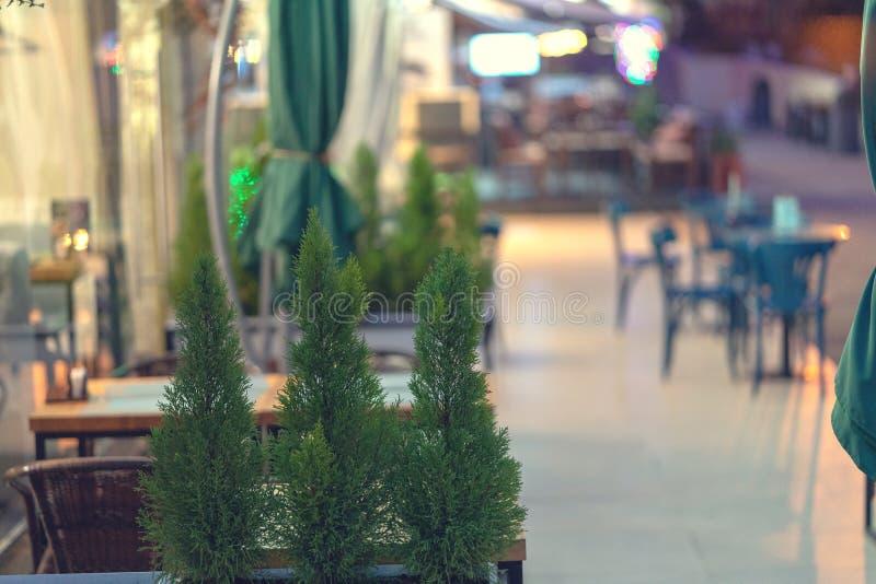 Sikt av tomma tabeller i utomhus- kafé på den europeiska gatan för gata royaltyfria foton