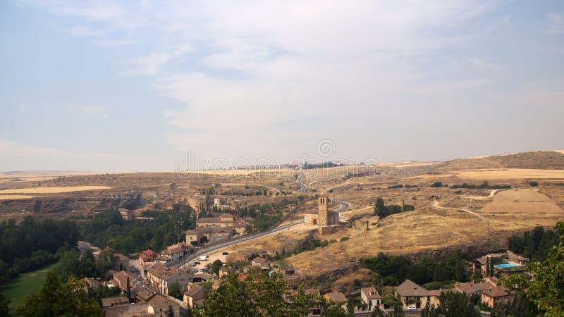 Sikt av toppiga bergskedjan från alcazar av Segovia arkivfoto