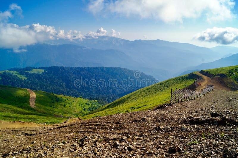 Sikt av toppmötena av bergen på en sommardag arkivbilder