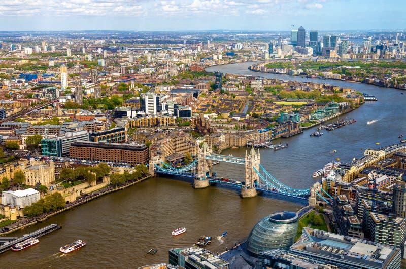 Sikt av tornbron från skärvan - London royaltyfria foton