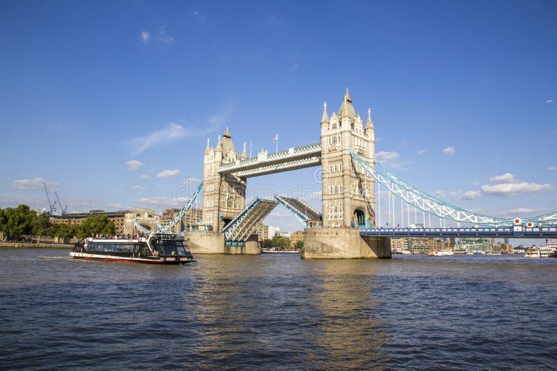 Sikt av tornbron på flodThemsen som öppnar för att passera fartyg London England, UK, September royaltyfri bild