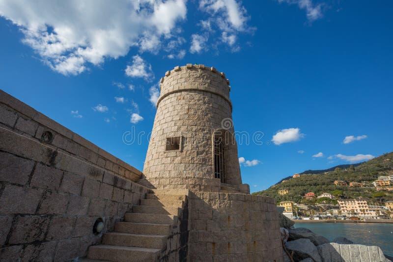 Sikt av tornet på havet i staden av Recco, Genoa Genova Province, Liguria, medelhavs- kust, Italien arkivbild