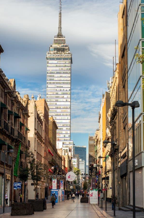 Sikt av Torre Latinoamericana den latinska - det amerikanska tornet från gatan i Mexico - staden royaltyfri bild