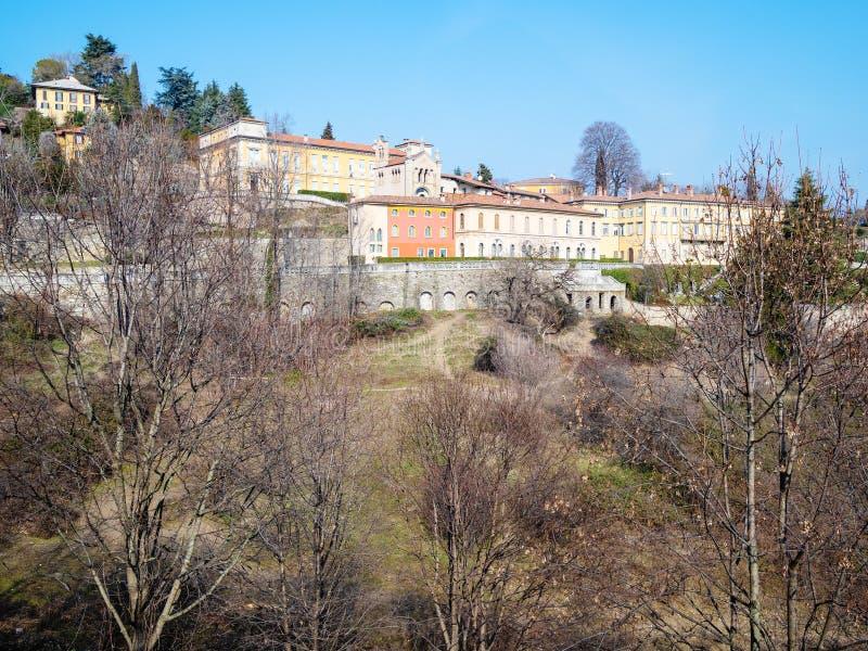 sikt av trädgården, kyrka av San Pietro i Bergamo arkivfoton