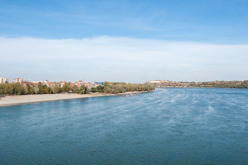 Sikt av tråden för Danube River Petrovaradin fästning- och stadsstrand av Novi Sad Serbien med blå himmel över på solig höstdag royaltyfri bild