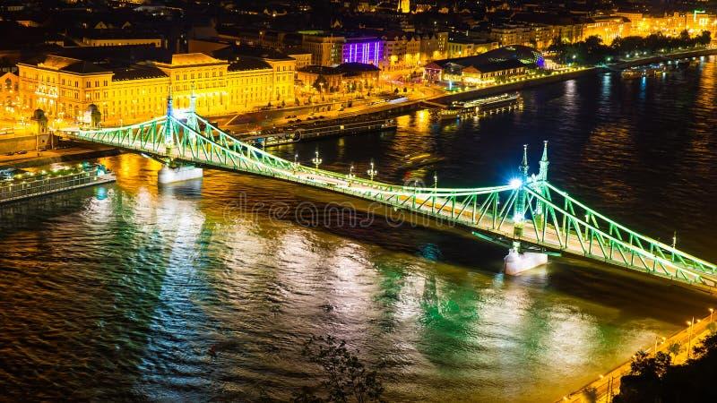 Sikt av trafik på den berömda Liberty Bridge i Budapest arkivbild
