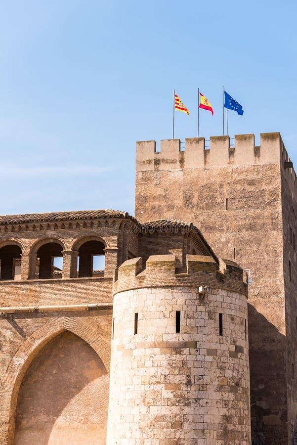 Sikt av trubadurtornet i slotten av Aljaferia som byggs i det 11th århundradet i Zaragoza, Spanien vertikalt Kopieringsutrymme fö royaltyfri bild