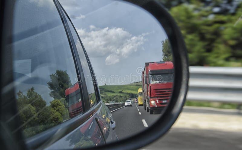 Sikt av tung trafik på motorvägen arkivfoton