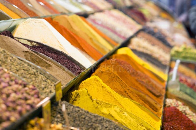 Sikt av turkiska kryddor i den storslagna kryddabasaren Färgrika kryddor i försäljning shoppar i kryddamarknaden av Istanbul, Tur arkivfoto