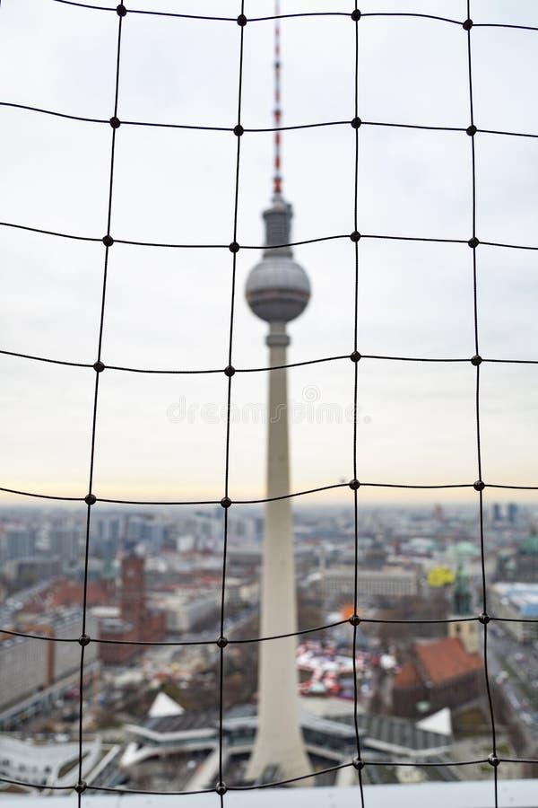 Sikt av TVtornet Fernsehturm till och med att fäkta för ingrepp royaltyfri fotografi