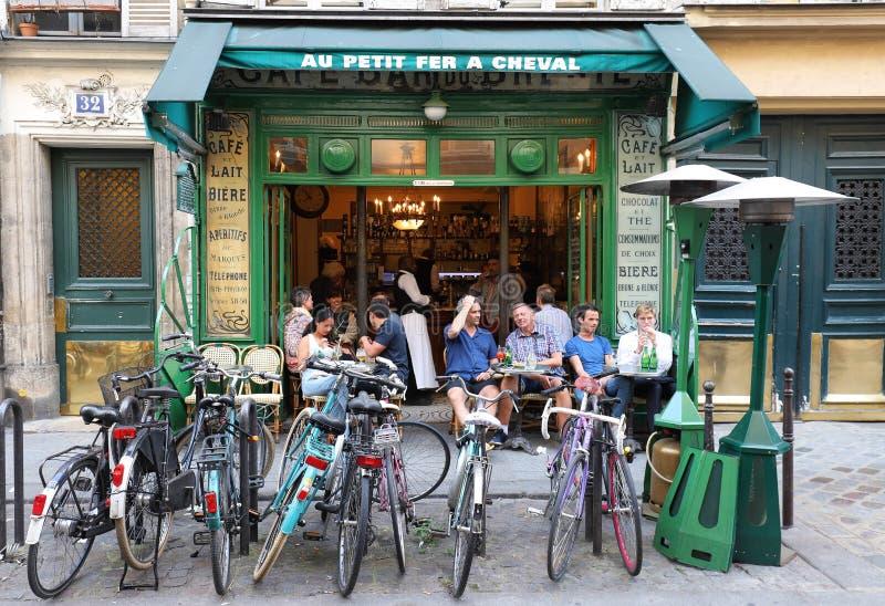 Sikt av typisk fransk kaféAu Petit fer ett cheval i fjärdedelen Marais, den historiska parisiska områdesuppsättningen på rätten arkivfoto