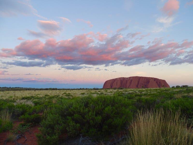 Sikt av Uluru från solnedgången som beskådar område arkivbild
