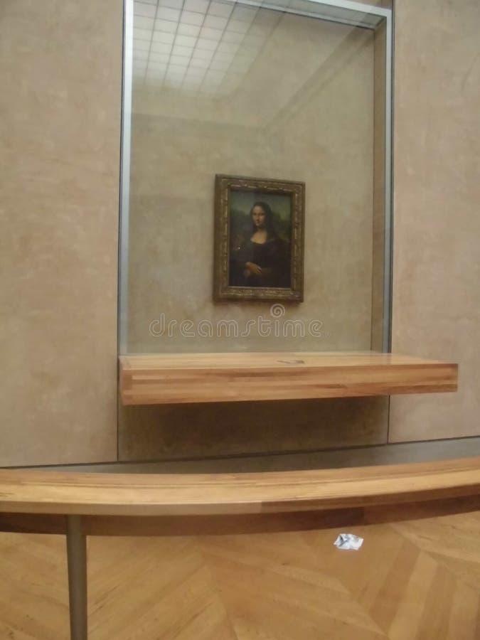 Sikt av utställningen av ett av de mest berömda konstverken i Louvremuseet, målningen Mona Lisa Mona Lisa vid Leonar royaltyfri foto