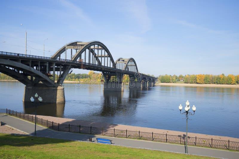 Sikt av vägbron över Volgaet River i staden av Rybinsk Yaroslavl region, Ryssland royaltyfri fotografi