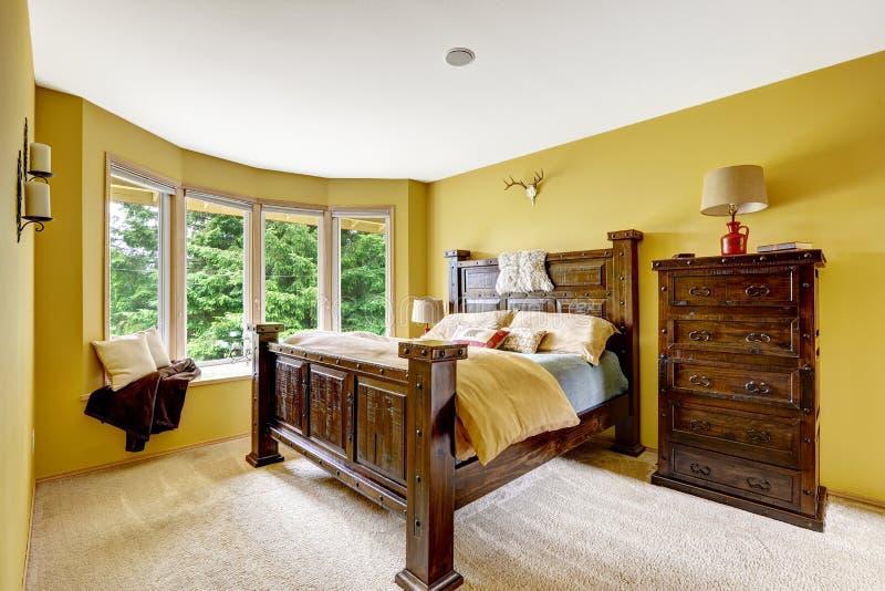 Sikt av vardagsrum från ingångshall med räcke och trappa Lyxig sovruminre med rik träfu fotografering för bildbyråer